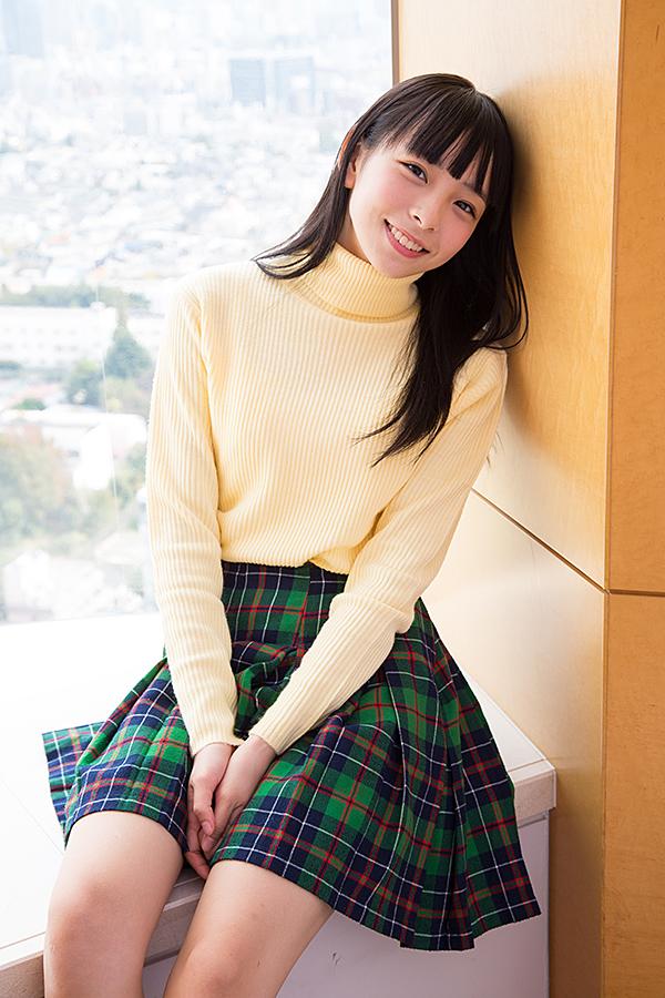ミニスカート姿の佐藤里佳さん